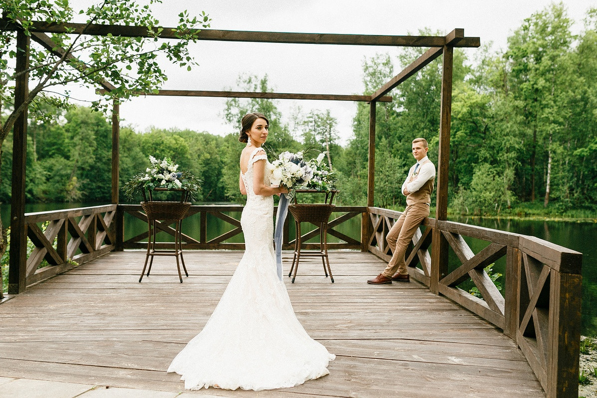 Парк у дирижабля для свадебной фотосессии